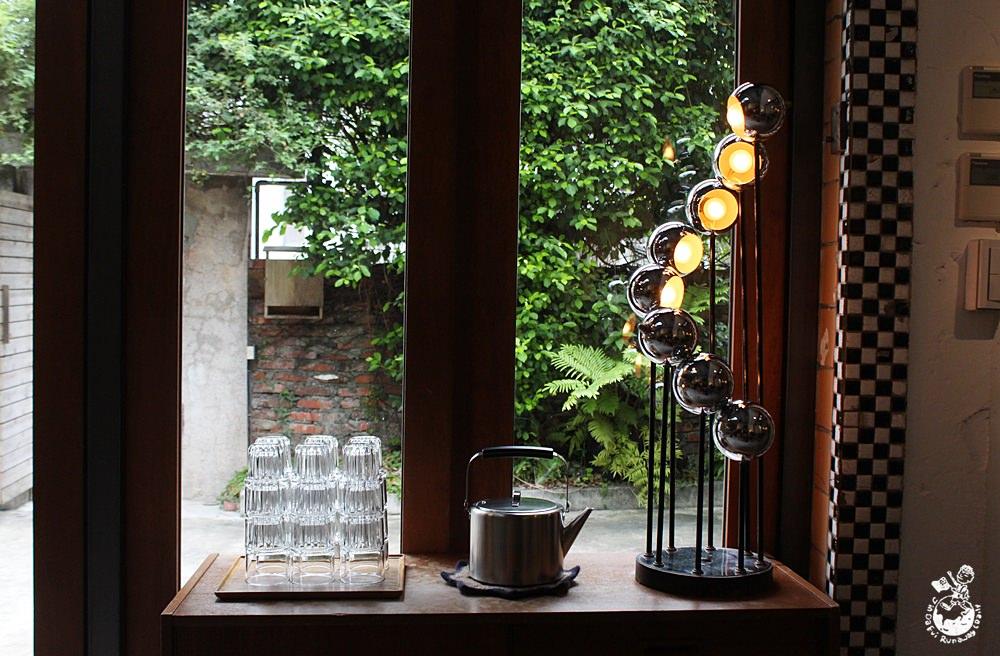 六張犁站咖啡︱苔毛咖啡-沒有招牌宛如藝廊的個性咖啡店,有wifi/插座/不限時