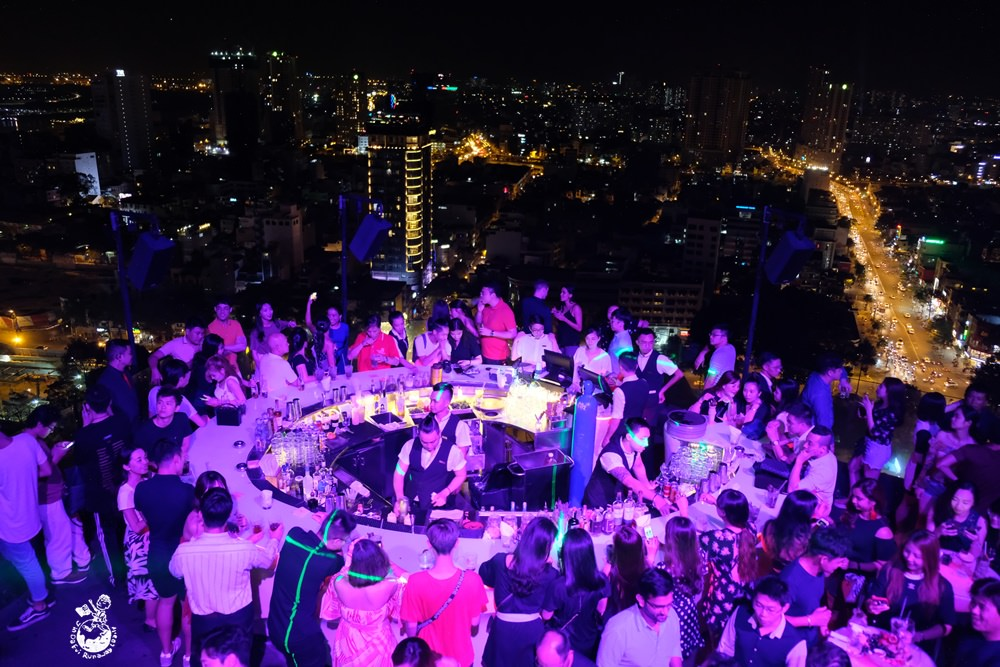 越南高空酒吧推薦︳Chill Skybar-胡志明超人氣高空酒吧,圍繞圓形吧台喝酒熱舞享受絢爛的越南夜生活