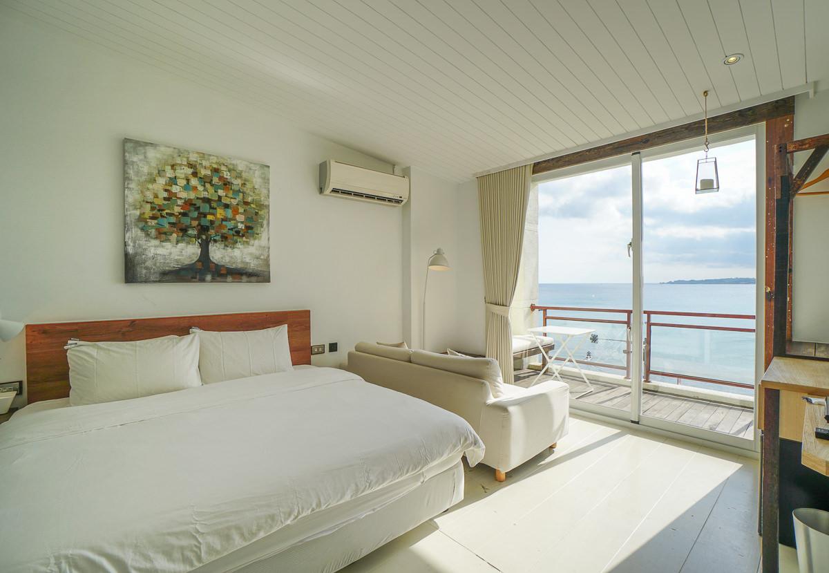 迷路小章魚小旅館︳高質感純白墾丁海景住宿,樓下就是迷路小章魚餐酒館