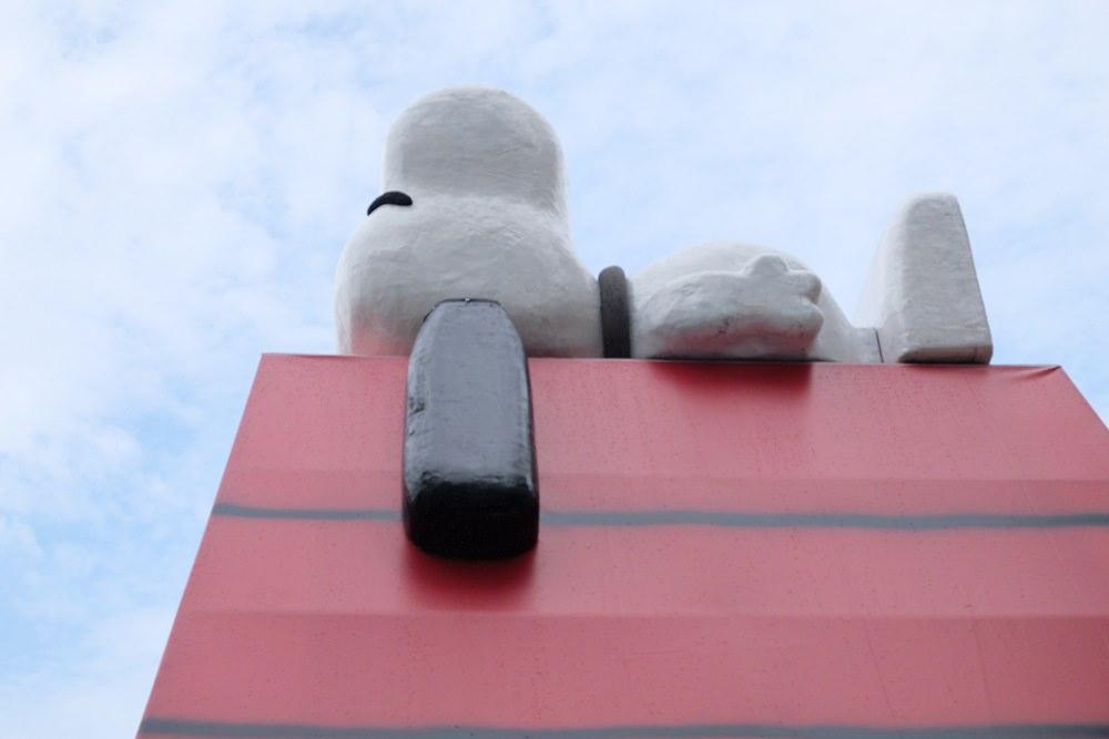 巨大史努比鐵皮屋-新台中IG打卡景點,史努比睡在台中巷弄(不推薦特別前往)