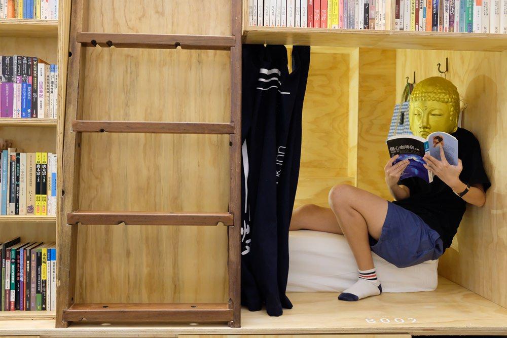 艸祭Book inn︳文青首選台南背包客棧,來去書櫃睡一晚!
